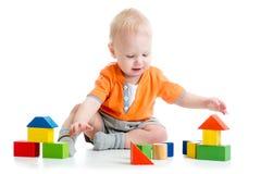 Kind, das mit Blockspielwaren spielt Stockbild