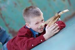 Kind, das mit Crossbow spielt Stockfotos