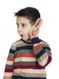 Kind, das mit dem Ohr hört lizenzfreie stockbilder