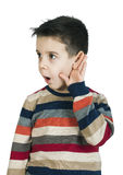 Kind, das mit dem Ohr hört stockbilder