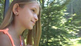 Kind, das mit dem Zug, Kindertourist schaut auf Fenster, Mädchen-kampierendes Abenteuer reist lizenzfreie stockfotografie