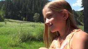 Kind, das mit dem Zug, Kindertourist schaut auf Fenster, Mädchen-kampierendes Abenteuer reist stock video