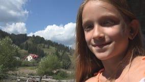 Kind, das mit dem Zug, Kindertourist schaut auf Fenster, Mädchen-kampierendes Abenteuer reist stock video footage