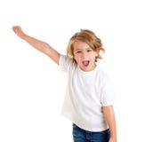Kind, das mit der glücklichen Ausdruckhand oben schreit Lizenzfreie Stockfotografie