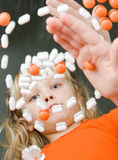 Kind, das mit Drogen spielt Stockfotos