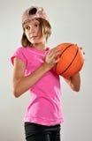 Kind, das mit einem Ball trainiert Lizenzfreie Stockfotos