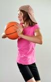Kind, das mit einem Ball trainiert Stockfotos