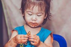 Kind, das mit einem befleckten Gesicht isst Tun Sie sie sich Konzept Vintag Lizenzfreie Stockfotos