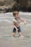 Kind, das mit einem Fischernetz spielt. Lizenzfreies Stockfoto