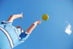 Kind, das mit einer Kugel spielt Lizenzfreie Stockfotografie