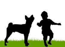Kind, das mit Familienhund spielt Lizenzfreies Stockfoto