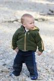 Kind, das mit Felsen spielt Lizenzfreies Stockfoto