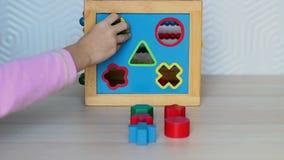 Kind, das mit hölzernem Spielzeug spielt stock video