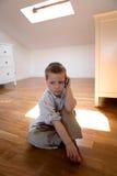 Kind, das mit Handy spricht Lizenzfreie Stockfotografie