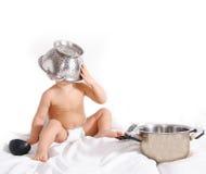 Kind, das mit Küche utencils spielt Lizenzfreies Stockfoto