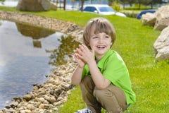 Kind, das mit Kieseln spielt Lizenzfreies Stockbild