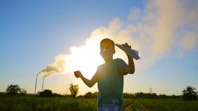 Kind, das mit Papierflugzeug spielt stock video footage