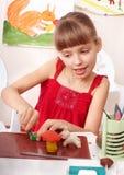 Kind, das mit Plasticine in der Schule spielt. Lizenzfreie Stockfotografie