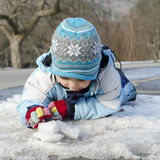 Kind, das mit Schnee und Eis spielt Lizenzfreies Stockfoto