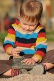 Kind, das mit Schuh spielt stockbilder