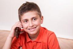Kind, das mit Smartphone nennt Stockfoto