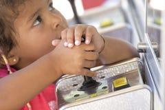 Kind, das mit Steuerknüppel spielt lizenzfreies stockbild