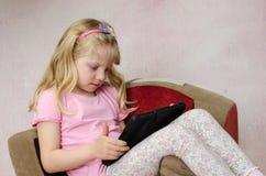Kind, das mit Tablette spielt Lizenzfreies Stockbild