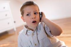Kind, das mit Telefon spricht Lizenzfreie Stockbilder