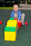 Kind, das mit Würfeln spielt Lizenzfreie Stockfotografie