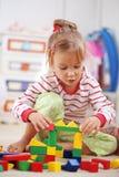 Kind, das mit Ziegelsteinen spielt Lizenzfreie Stockbilder