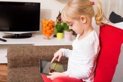Kind, das moderne Technologie einsetzt Lizenzfreies Stockfoto