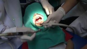 Kind, das Mundüberprüfung in der zahnmedizinischen Klinik hat stock video footage