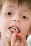 Kind, das neuen Zahn zeigt Lizenzfreies Stockbild