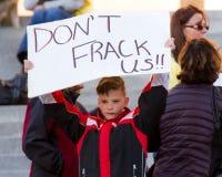 Kind, das nicht das Fracking wünscht Stockfoto