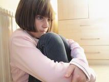 Kind, das niedergedrückt schaut Lizenzfreies Stockfoto