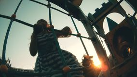 Kind, das oben auf Kletterwand klettert Baby, welches die Sportspiele der Kinder auf dem Spielplatz spielt stock video