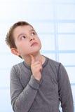 Kind, das oben denkend schaut Lizenzfreies Stockbild