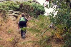 Kind, das oben Hügel wandert Stockfoto