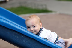Kind, das oben Plättchen steigt Stockfotos