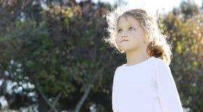 Kind, das oben schaut Stockfotos