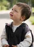 Kind, das oben schaut Stockbild