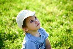 Kind, das oben schaut Lizenzfreie Stockbilder