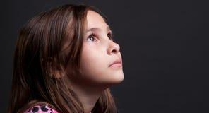 Kind, das oben schaut Stockfoto