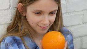 Kind, das Orangen-Früchte am Frühstück, Mädchen-Kind riecht gesunde Nahrungsmittelküche isst stock video