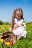 Kind, das Osterhasen petting ist Stockfoto