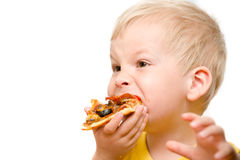 Kind, das Pizza isst Stockfotos