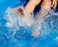 Kind, das in Pool tritt Stockbild
