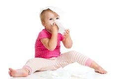 Kind, das Reinigungswekzeugspritze mit Gewebe abwischt Lizenzfreie Stockfotos