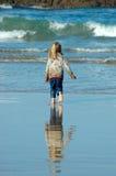 Kind, das in Richtung zum Meer läuft Stockfotos