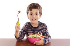 Kind, das Salat isst lizenzfreies stockbild